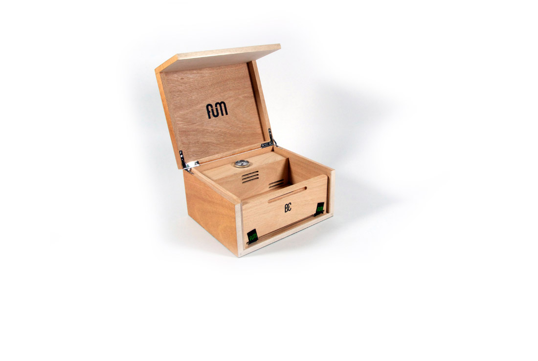 Okume small B4CC is a solid wood desktop humidor specially designed for keeping the green in optimum conditions due to its hermetic seal and interior humidity circulation system.